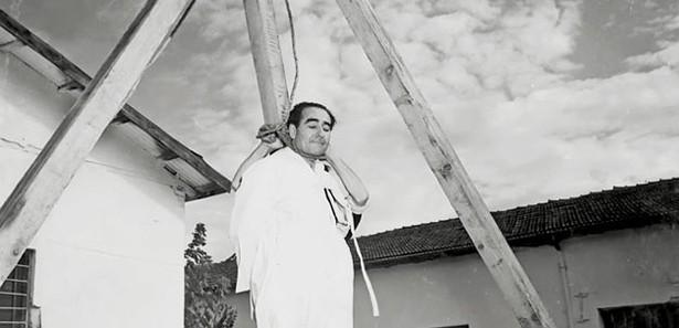 17 Eylül 1961 yılında Adnan Menderes, İmralı Adası'nda asılırken