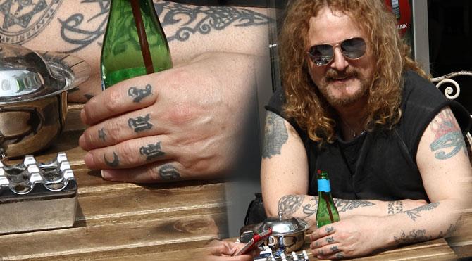 Sol el parmaklarında anne, sağ el parmaklarında baba yazan dövmeleri vardır. Şüphesiz en anlamlı dövmelerdendir.